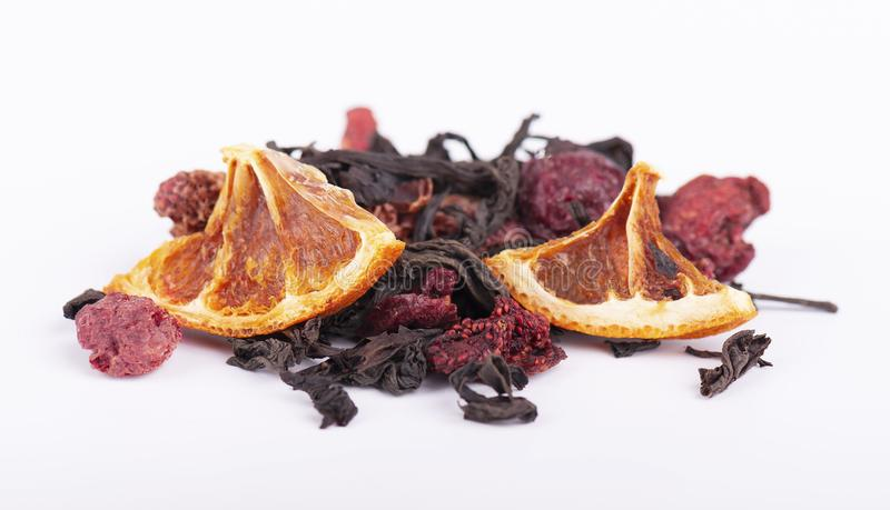 黑和绿色中国茶用在白色背景和桔子隔绝的草莓、樱桃 免版税库存图片