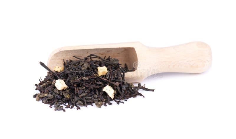 黑和绿色锡兰茶用苹果和香柠檬,隔绝在白色背景 免版税库存照片