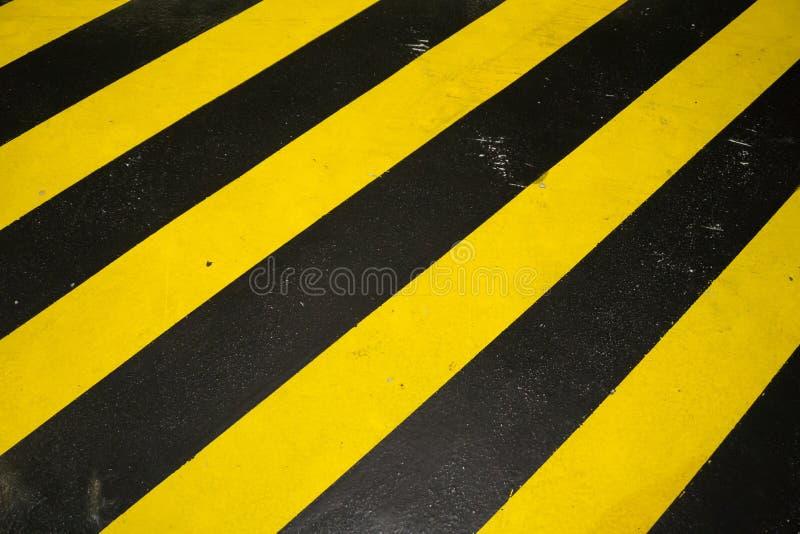黑和黄色小心警告样式背景 免版税库存图片