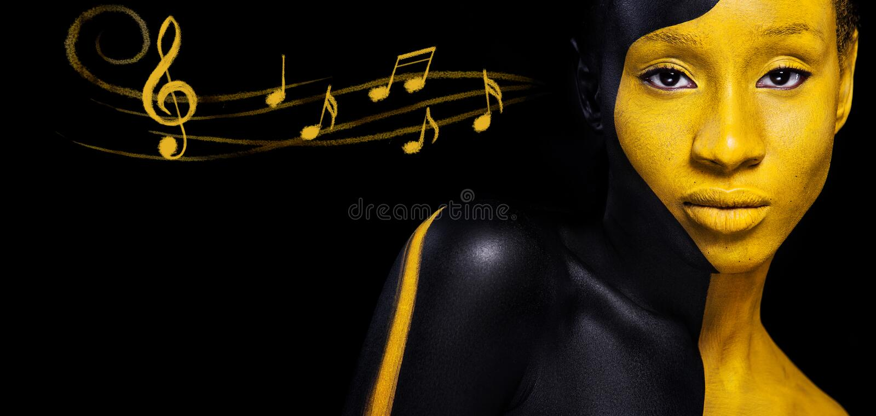 黑和黄色构成 有艺术时尚构成和笔记的快乐的年轻非洲妇女 在身体的五颜六色的油漆 免版税库存图片