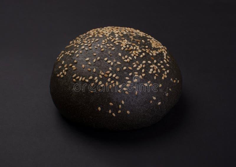 黑圆的面包用芝麻 免版税库存照片