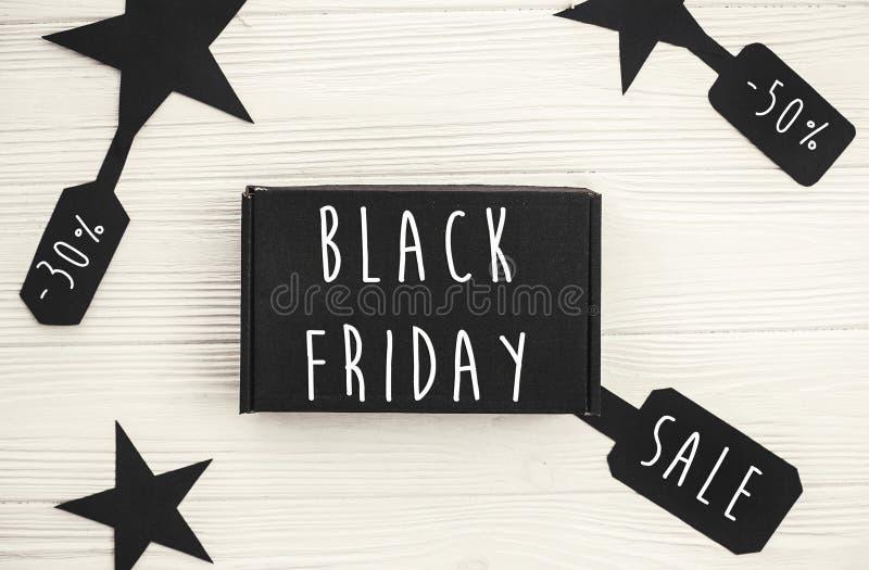 黑在价牌标志,minimalistic舱内甲板的星期五大销售文本 免版税图库摄影