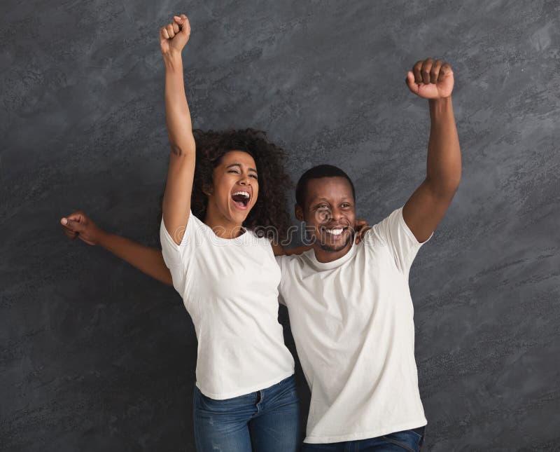 黑夫妇高兴和一起尖叫 免版税库存图片