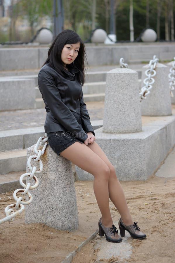 黑夹克的亚裔女孩 图库摄影