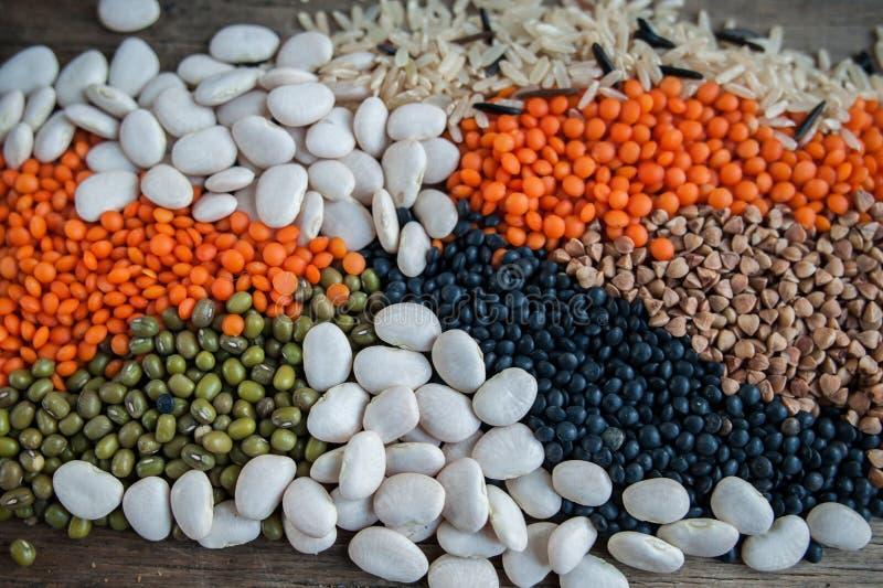 黑奎奴亚藜,红色小扁豆,绿豆,白豆 图库摄影