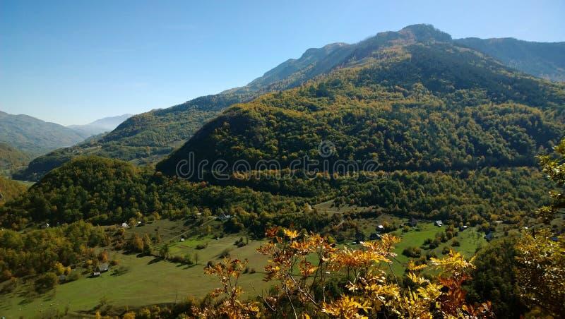 黑山的华美的富有的本质全景在秋天期间的晒干 免版税库存图片