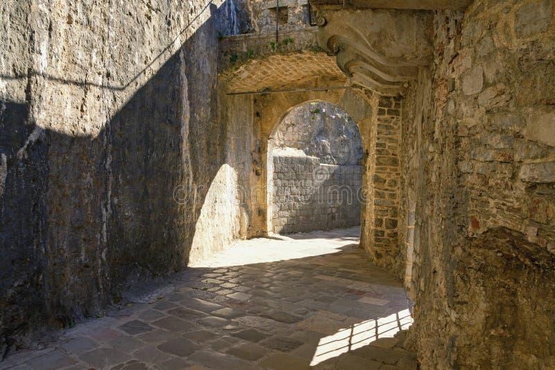 黑山,科托尔老镇的设防  南部的门 免版税图库摄影