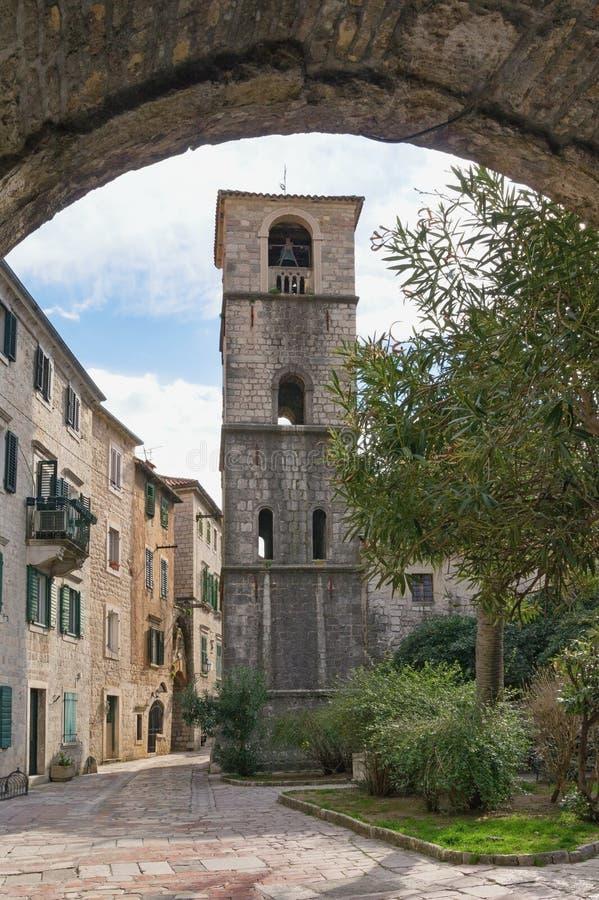 黑山,科托尔老镇  圣玛丽教会正方形和钟楼看法  免版税库存照片
