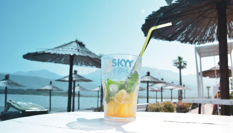 黑山12 06 2019海滩,在伞背景的mojito鸡尾酒  免版税库存图片