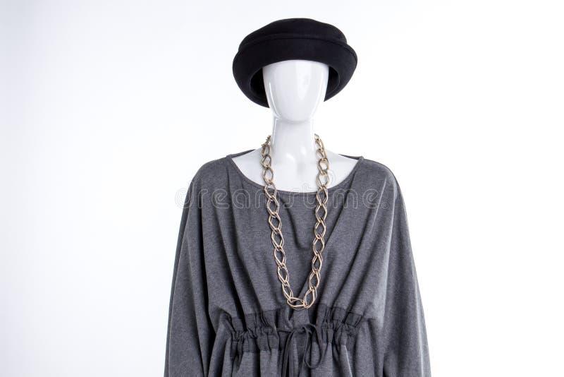 黑帽会议、灰色女衬衫和链子 库存照片