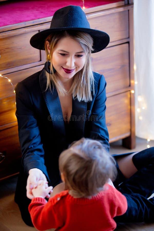 黑帽会议的女孩有孩子的 库存图片
