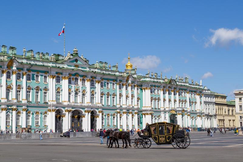 黑支架,利用与在宫殿方形的等候的游人的两个黑马立场 免版税库存照片