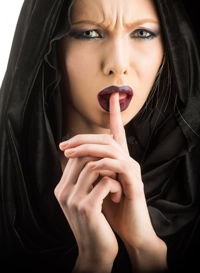 黑敞篷的黑暗的邪魔 来为灵魂的死亡 黑敞篷的妇女恶魔 免版税库存照片