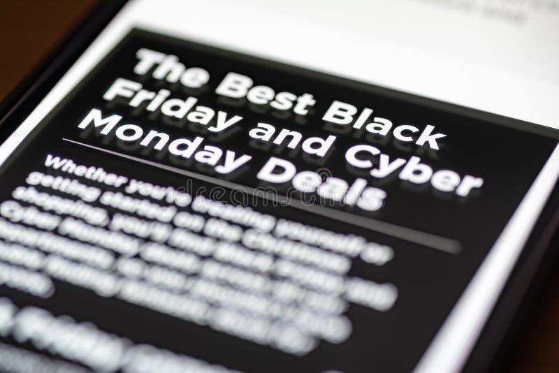 黑星期五和网络星期一成交在购物的app的文本在智能手机屏幕特写镜头 库存照片