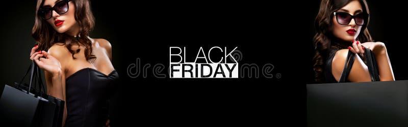 黑星期五销售海报或横幅 拿着红色袋子的购物妇女被隔绝在黑暗的背景在假日 免版税图库摄影