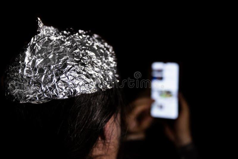 黑暗中戴锡箔帽的男人 免版税库存照片
