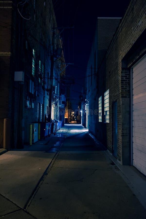 黑暗和令人毛骨悚然的城市胡同在晚上 免版税库存照片