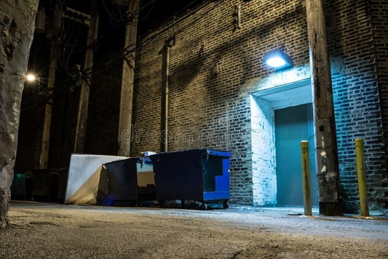 黑暗和令人毛骨悚然的城市胡同在晚上 库存图片