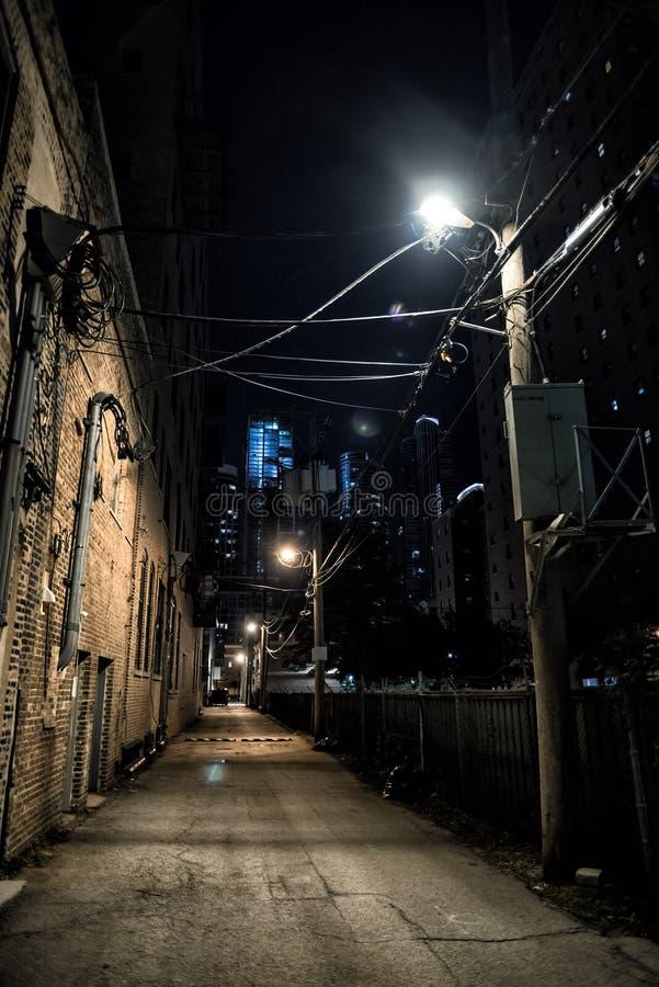 黑暗和令人毛骨悚然的城市胡同在晚上 库存照片