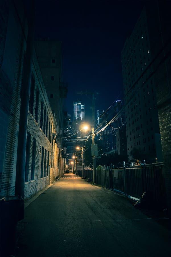 黑暗和令人毛骨悚然的城市胡同在晚上 图库摄影
