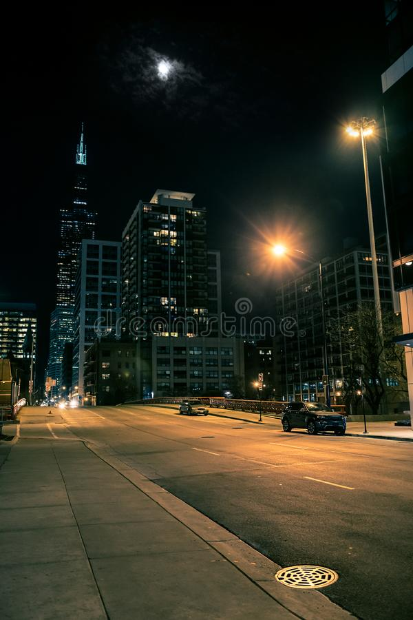 黑暗和令人毛骨悚然的芝加哥市街道桥梁夜场面 库存照片