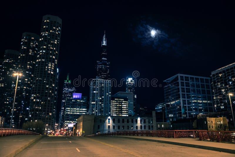 黑暗和令人毛骨悚然的芝加哥市街道桥梁夜场面 库存图片