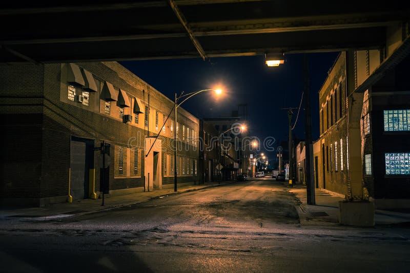 黑暗和令人毛骨悚然的芝加哥都市市街道夜风景 库存图片