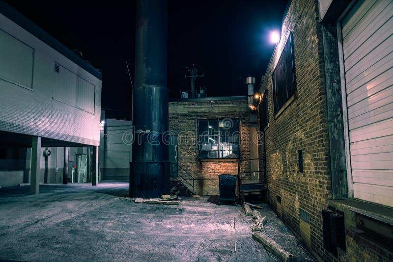 黑暗和令人毛骨悚然的都市城市胡同在晚上 库存图片