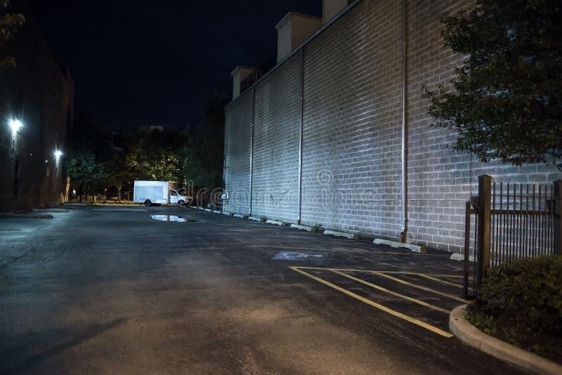 黑暗和可怕空的街市都市城市停车场在晚上 库存图片
