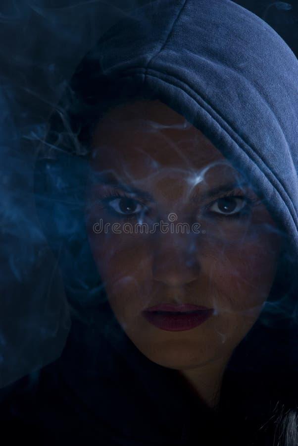 黑暗戴头巾烟妇女 免版税图库摄影