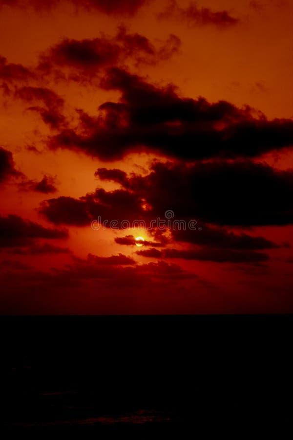 黑暗的严重的红色日落 免版税库存照片