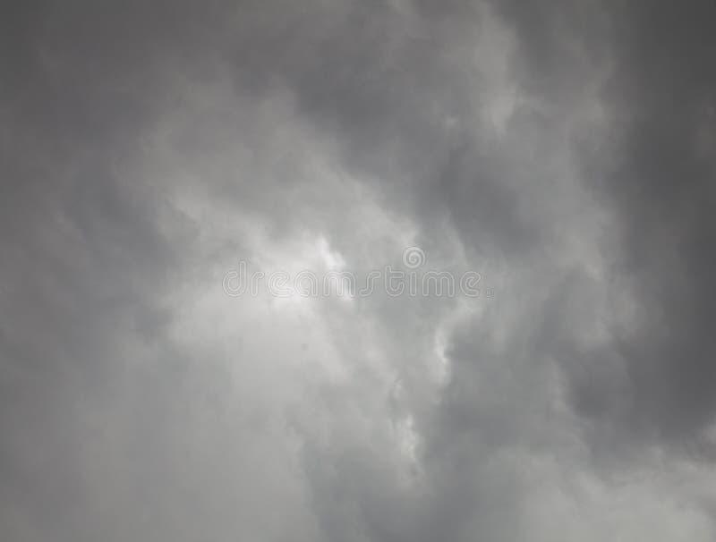 黑暗的云彩摘要在风暴前的 免版税库存照片