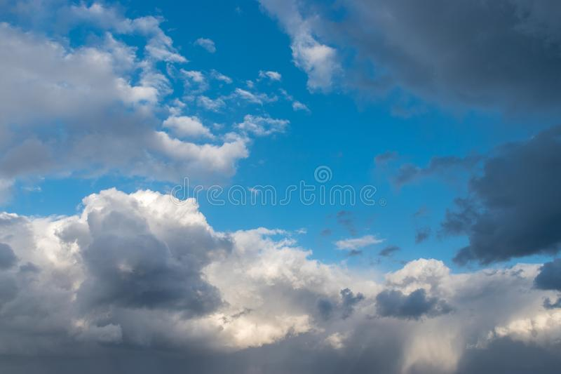 黑暗的云彩背景在雷暴前的 免版税库存图片