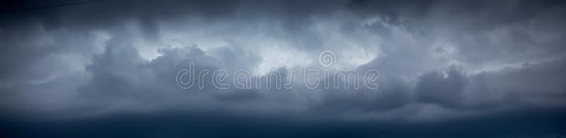 黑暗的剧烈的风雨如磐的天空 在天空的黑暗的云彩在飓风期间 免版税图库摄影