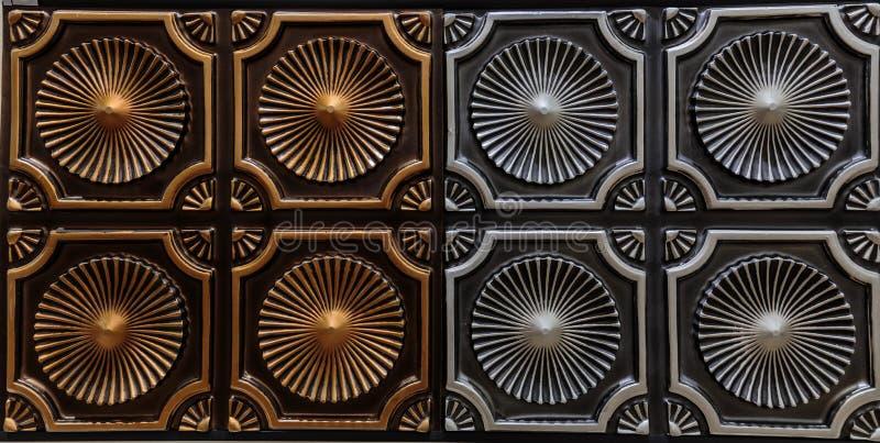 黑暗的古铜美好的详细的特写镜头视图和银上色内部天花板瓦片,豪华背景 免版税库存图片