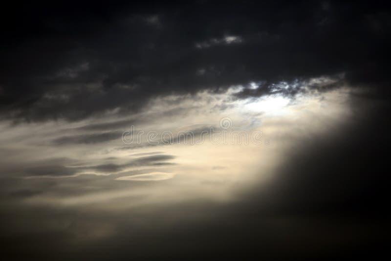 黑暗的喜怒无常的天空 免版税图库摄影