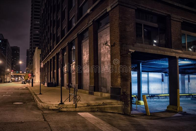 黑暗的城市街市街角在晚上 库存照片