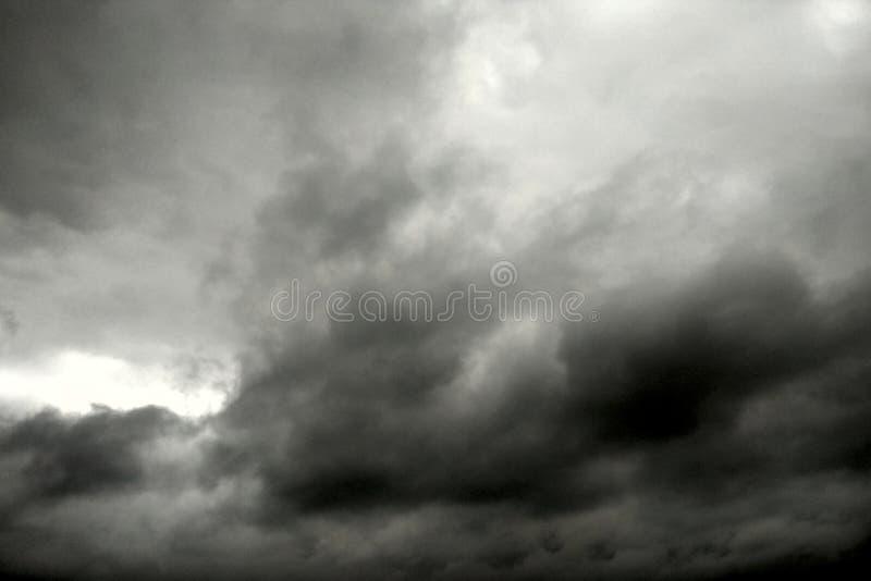 黑暗的天空和乌云黑白照片 图库摄影