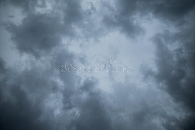 黑暗的天空抽象纹理背景与暴风云的 免版税库存图片