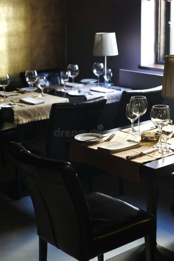 黑暗的客户不倒空餐馆 免版税库存图片