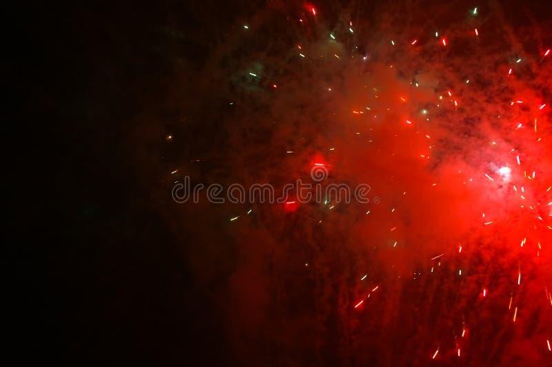 黑暗的展开的烟花红色天空 免版税图库摄影