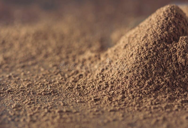 黑暗的巧克力、可可粉固体和可可粉在木背景 免版税库存照片