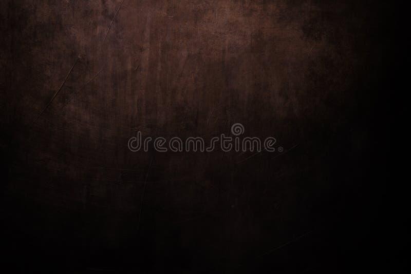 黑暗的带红色脏的背景有聚光灯背景 免版税库存照片