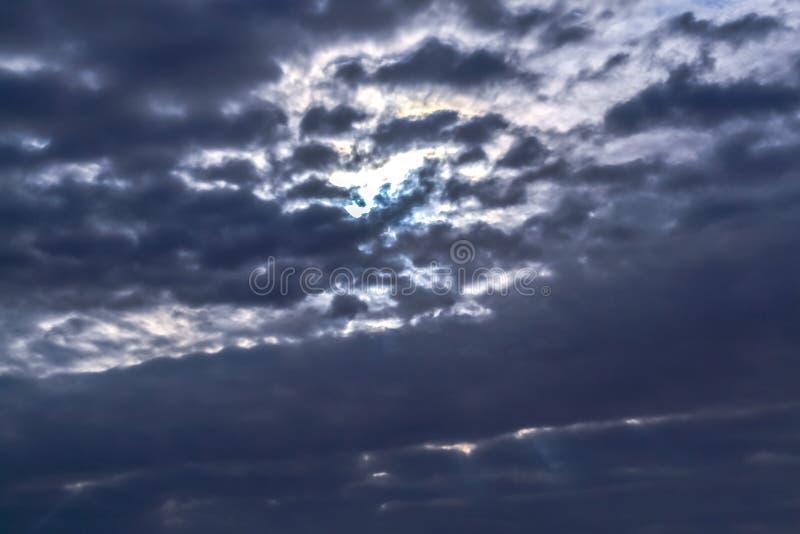 黑暗的暴风云有背景,在雷暴前的黑暗的云彩 免版税库存照片