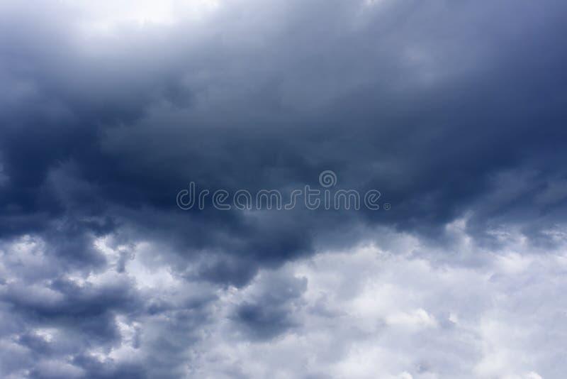 黑暗的暴风云有背景,在雷暴前的黑暗的云彩 免版税库存图片