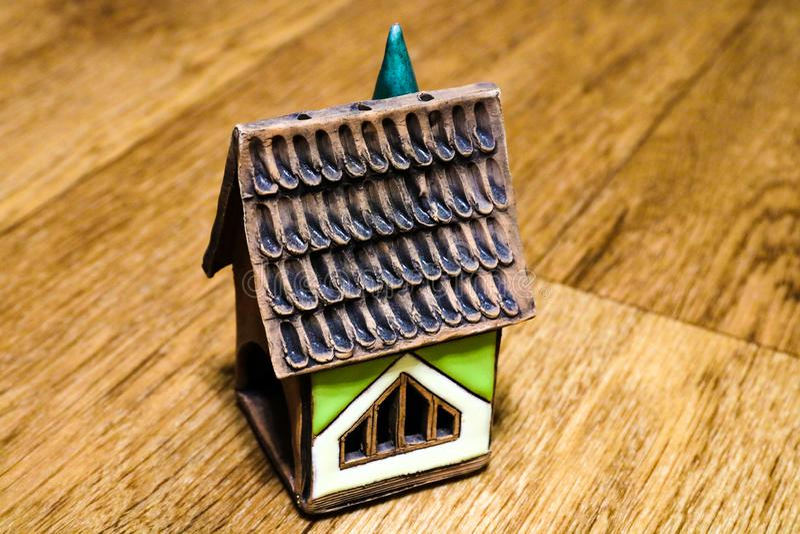 黑暗的木背景的议院 购买您家庭的自己付得起的住房 免版税库存图片