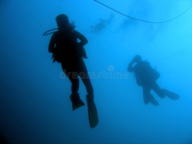 黑暗的深下降潜水员水肺水 免版税库存图片