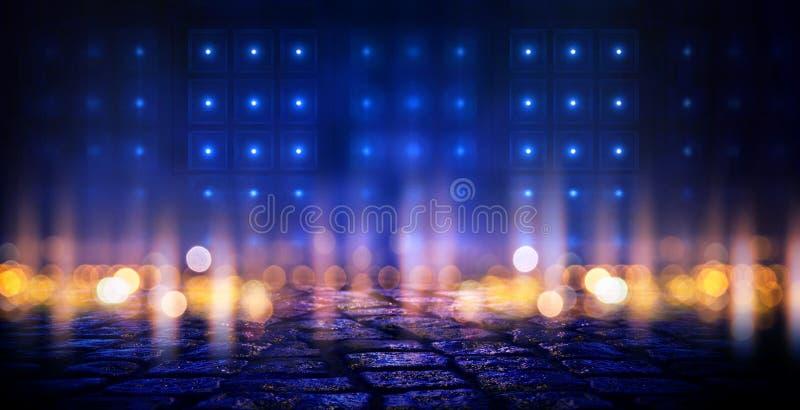 黑暗的空的场面,多彩多姿的霓虹探照灯光,抽象bokeh光,湿沥青 皇族释放例证