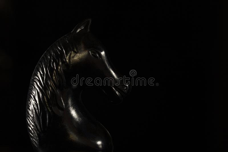 黑暗的背景的黑人棋骑士 图库摄影
