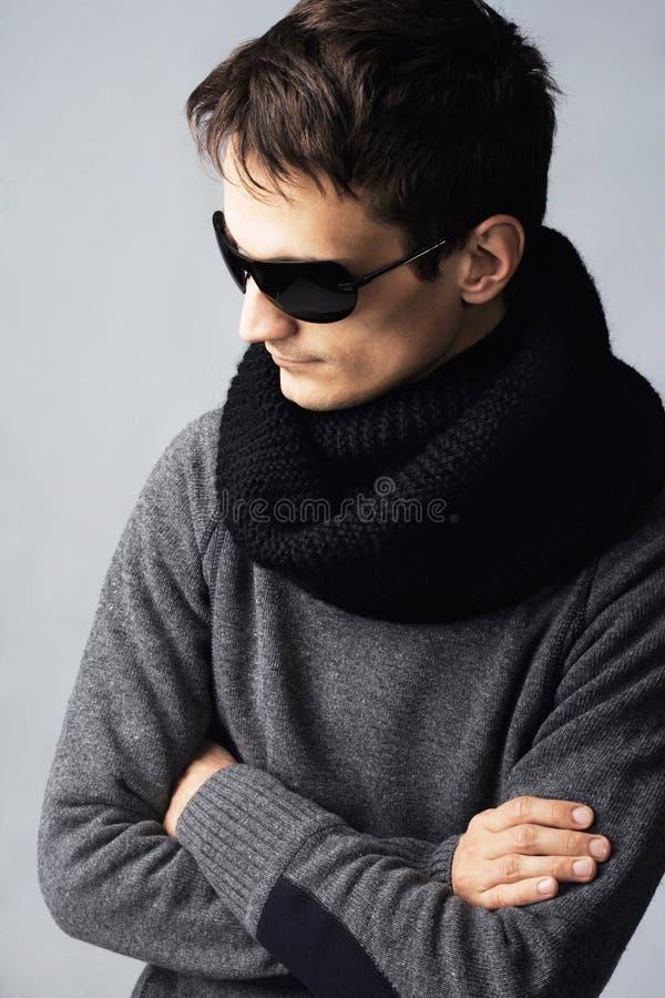 黑暗的英俊的人时髦的太阳镜 免版税图库摄影